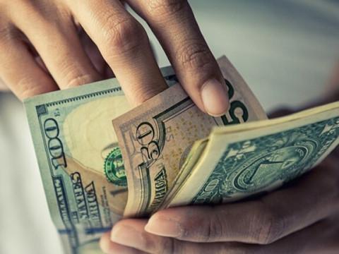 انخفاض سعر صرف الدولار في الأسواق المحلية