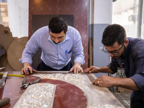 بالصور:العراقيون يصنعون شباك مرقد السيدة زينب عليها السلام
