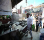 رصت بشكل منتظم حول صحن العقيلة.. مواكب تطعم الزوار بنكهات ايرانية (تقرير مصور)